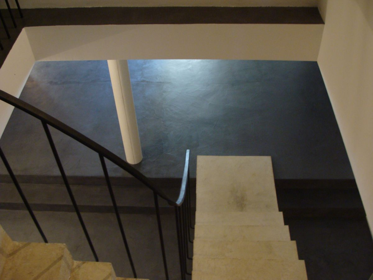 escalier beton brut finest meubles blancs et noirs et. Black Bedroom Furniture Sets. Home Design Ideas